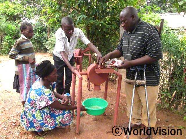 키쿨라 AP의 지원 덕분에 소득 창출 활동으로 땅콩을 재배하는 Tudjenge 의회의 구성원들년 사진