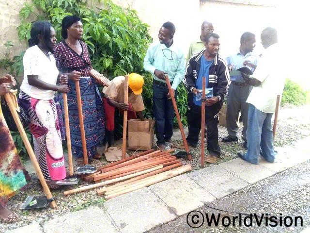 월드비전은 지역사회 주민들에게 괭이와 종자 같은 농사 재료를 지원했습니다.년 사진