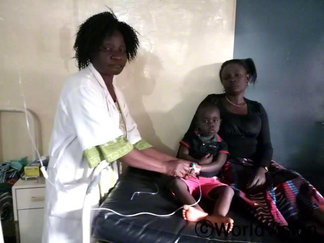 예전에는 치료를 받기 위해선 먼 길을 걸어가야 했어요. 이제 우리 마을에도 보건진료소가 생겼어요. -장-피에르(5세)년 사진