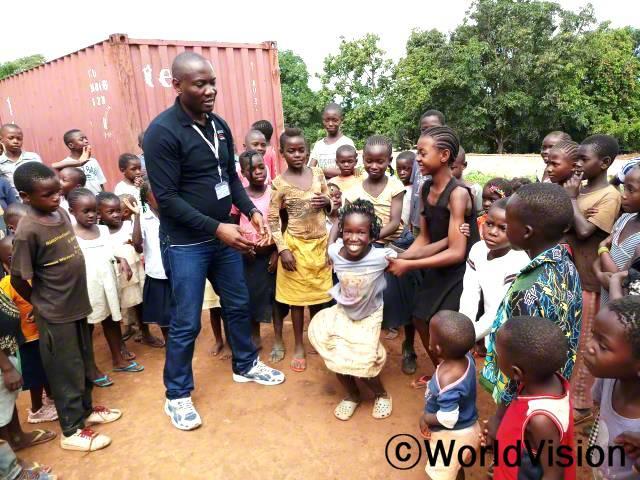 패트릭 은심바씨가 지역사회 아동들과 함께 있는 모습입니다.년 사진