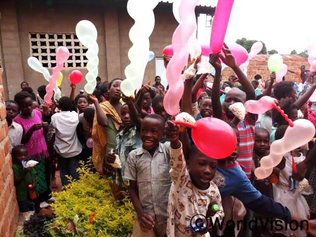 월드비전의 지원으로 지역사회 아동들이 크리스마스 기념 행사를 가졌습니다.년 사진