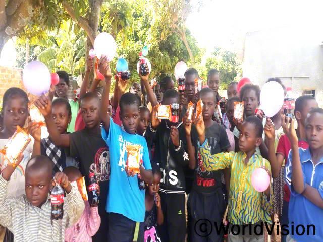 크리스마스를 기념하는 키쿨라 지역 아동들의 모습입니다.년 사진