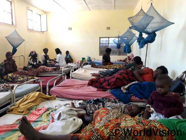 월드비전의 지원으로 세워진 산부인과에서 진료를 받고 있는 키쿨라 지역 어머니들 모습입니다.년 사진