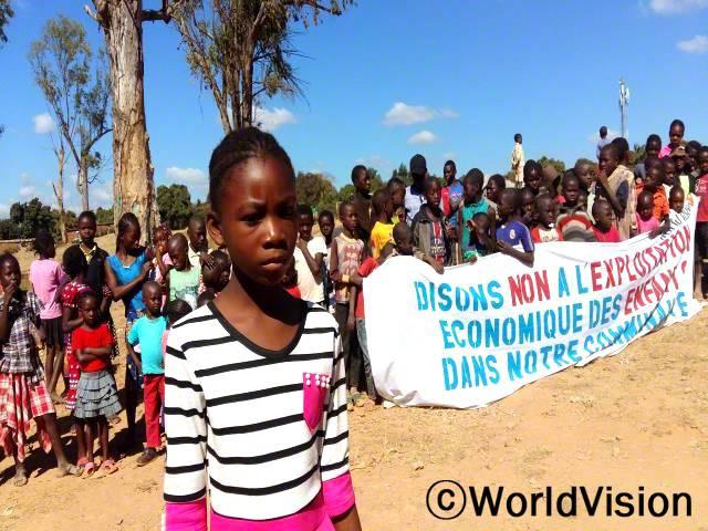 아이들은 아프리카 어린이 날을 맞이하여 아동폭력 사례에 민감해야 한다는 메시지를 전달합니다.년 사진