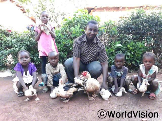 부모님들은 월드비전의 도움으로 양계 농업 교육과 오리를 지원받아 아이들에게 영양이 풍부한 음식을 해줄 수 있게 되었습니다.년 사진