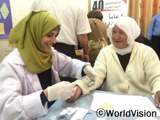 국제보건의 날/북부제닌지역의 한 마을에서 실시 된 당뇨검사에서 한 여성이 검사를 받고 있습니다. 국제보건의 날을 맞이하여 당뇨에 대한 인식을 깨우치기 위해 실시하였으며,검사를 돕는 모임은 CAG라는 지역봉사자들로 꾸려졌습니다.년 사진