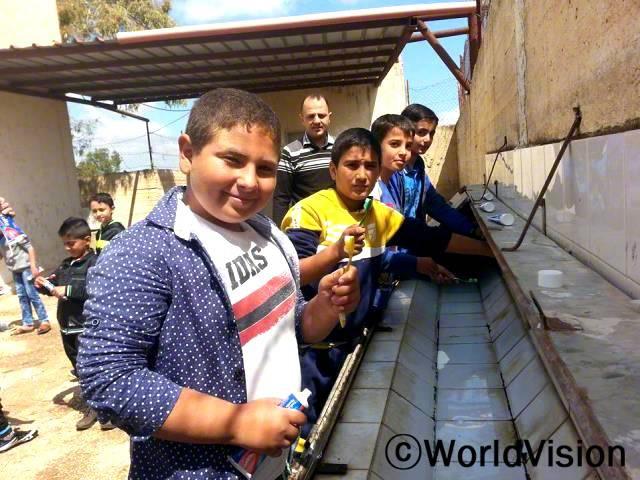 보건캠페인/ 북부제닌사업장의 남학생들이 월드비전 보건영양사업의 일환으로 학교 안에서 이닦기 캠페인에 참여하였습니다.이 캠페인을 통하여 아동들이 개인위생과 좋은 습관 그리고 건강한 삶을 깨달을 수 있었습니다.년 사진