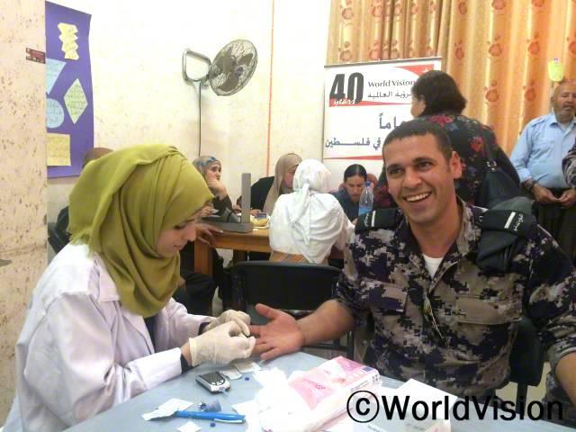국제보건의날/ 국제보건의 날의 맞아서 당뇨 인식 개선 행사에 참여한 29세 민방위대원 이브라힘씨는 자신이 당뇨였다는 사실을 알고 놀랐으며자신의 건강을 챙길 수 있게 도와주고 의료지원을 해준 월드비전에 감사한다고 말했습니다.년 사진