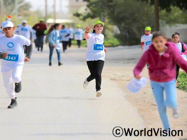 월드비전에서 주최한 아동보호 캠페인을 통해, 친구들과 함께 마라톤에 참가했어요.우리는 안전하게 인터넷을 사용할 권리가 있어요! 이렇게 뛰면서 우리의 권리를 이야기할 수 있어 정말 기뻐요. - 메이사라(13세)년 사진