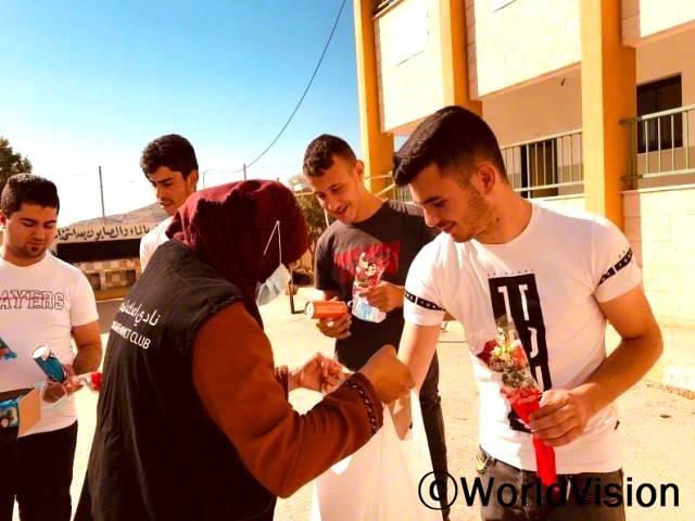청소년 모임 회원들이 전국 고등학교 시험을 치른 학생들에게 꽃과 초콜렛을 나누어 주었습니다.년 사진