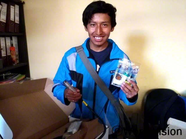 기업가 정신을 키우기 위한 자기개발을 배워요. 저는 은으로 도금된 악세서리를 만드는 법을 배웠어요. -산드로(19세), 가족복지와 소득증대를 위한 월드비전 주최의 워크샵에 참여한 아동.년 사진