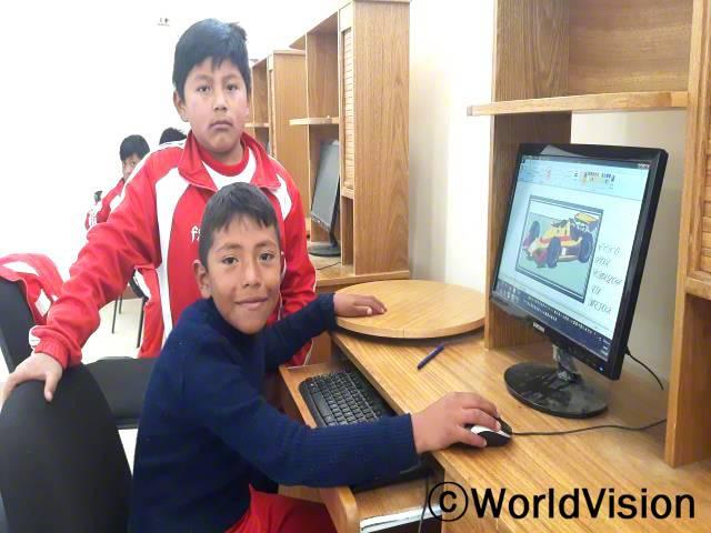 이제는 컴퓨터로 계산하는 법을 재밌게 배우고 있어요. 또 컴퓨터 교실 덕분에 교육환경도 더 좋아졌어요. 카를로스(11세)가 말했습니다. 월드비전은 교내에 컴퓨터교실을 만들어 교육의 질을 높였습니다.년 사진
