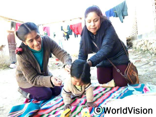 """""""아동발달 워크숍 덕분에, 아이가 연령에 맞게 잘 성장하도록 도울 수 있어요."""" - 헬린다(38세, 왼쪽 여성)월드비전과 마을 보건소가 협력하여, 5세 미만 아동을 둔 어머니들을 대상으로 영유아 발달촉진 워크숍을 열어 아동의 신체, 정서 발달을 지원합니다.년 사진"""