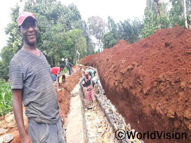 """""""월드비전은 길이 625미터의 운하와 둑을 건설하고 있습니다. 이는 150 헥타르에 달하는 땅의 개발과 함께 약 500가구 2500명 이상의 아동에게 발전에 따른 혜택을 제공할 것으로 예상됩니다."""