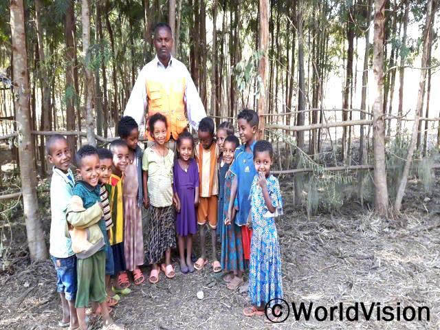 에티오피아 자비테흐나네 지역개발사업장 팀장 메스핀 세푸 씨가 아동들과 함께 있는 모습입니다.년 사진