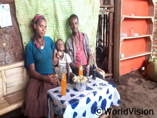 니구수(오른쪽 첫 번째)의 삶이 변화되었어요. 니구수는 마을 대표의 충고를 들은 후, 돈을 저축하기 시작하였어요.년 사진