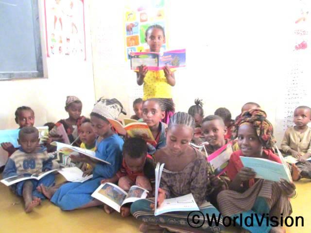 우리 마을에 독서캠프가 생겼어요. 독서캠프에 참여하면서 읽기 실력도 많이 늘고 글을 읽는 게 즐거워졌어요. 친구들과 함께 즐겁게 책을 읽어요. -켄나(2학년)년 사진