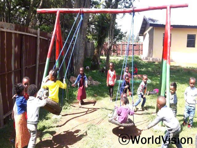 마을 유치원에서는 아이들이 친구들과 함께 놀고 공부하며 더불어 살아가는 법을 배우고 있습니다.년 사진