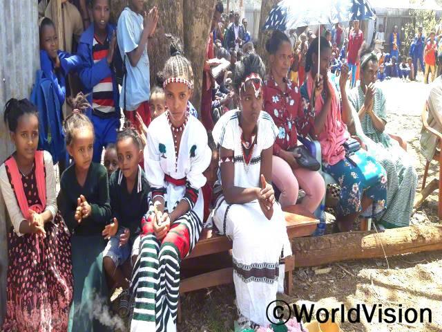 월드비전은 여성의 날을 맞이하여 마을인식개선을 돕기 위해 축제의 자리를 마련했습니다. 마을 사람들은 여성의 날 기념행사에서 여성들이 참여한 스포츠나 연극 등 다양한 활동을 볼 수 있었습니다.년 사진