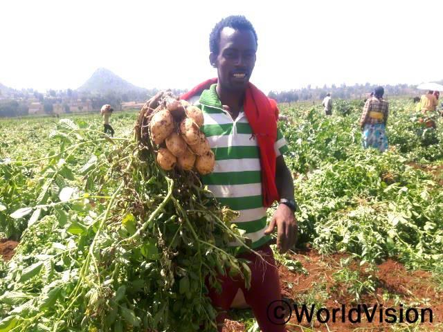 """""""월드비전의 농민조합에 가입해 농업교육과 채소종자를 지원받았습니다. 덕분에 올해 감자를 풍성하게 수확해 가족의 끼니를 잘 챙길 수 있게 됐고 나머지는 시장에 팔아 아이들 학비를 마련할 수 있었습니다."""" -게메추 카젤라(35세)년 사진"""