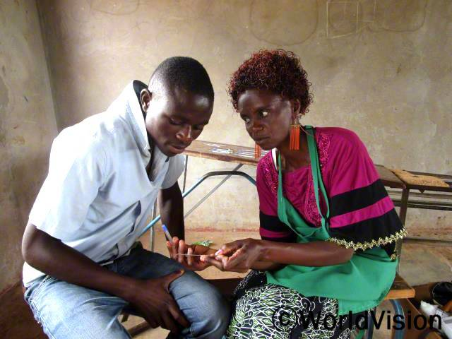 이렇게 마을에서 에이즈 바이러스 상담과 검사도 할 수 있고, 에이즈로부터 안전할 수 있어서 너무 행복해요. -마틴(17)년 사진