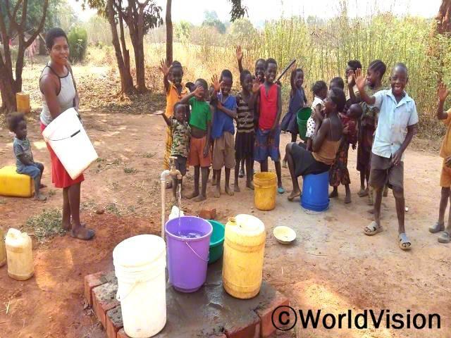 수동 펌프를 사용해서 물을 길을 때는 어려움이 많이 있었어요 그런데 지금은 수도가 있어서 원할 때 물을 쉽게 길을 수 있게 됐어요. 이제는 어린 아동들도 어려움 없이 수도에서 물을 길을 수 있어요. -마르타(20세, 하얀색 양동이를 들고 있는 사람)년 사진