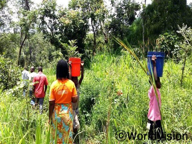 사람들이 집에서 사용하는 물이 정말 필요해요. 개울가에서 떠오는 물은 건강상의 문제를 일으킬 수 있어서 걱정돼요. -메드린(12)년 사진