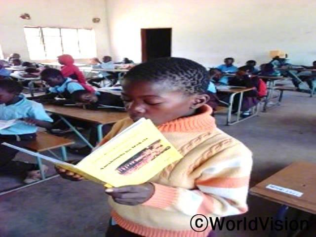 학교에 많은 아동들이 읽는 걸 어려워 했어요 그래서 읽기발표를 못했어요. 그런데 학교에 지원된 책들과 독서캠프 덕분에 읽는법도 배우고 읽기 실력이 늘었어요. -피터(12세)년 사진