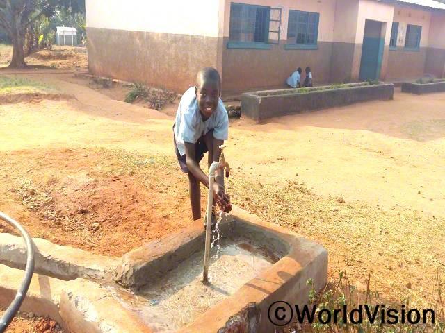 학생들이 학교에서 깨끗한 물을 사용하기가 어려웠어요. 이제 새로운 수도관이 생겨서 목이 마를 때마다 깨끗한 물을 마시고, 화장실을 사용한 후에도 손을 씻을 수 있어요. - 에드워드(12세, 손을 씻고 있는 아동)년 사진