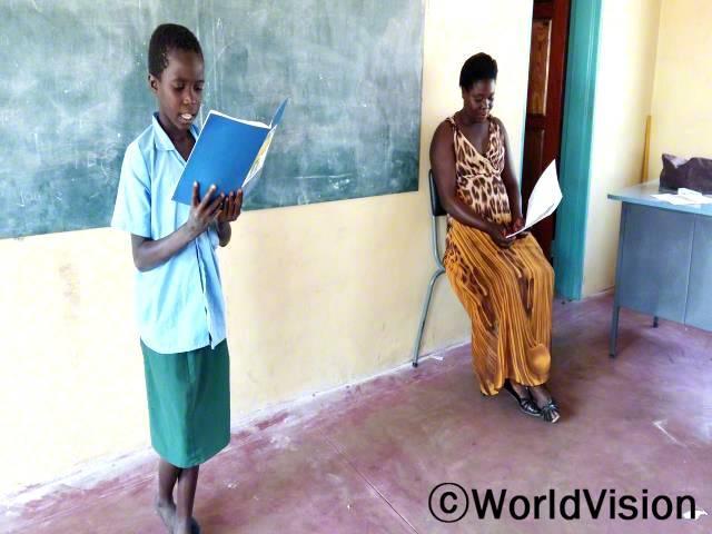 예전에는 수업시간에 책을 읽는 것이 어려웠어요. 집에 돌아간 후에는 읽기 연습을 하지 않았어요. 하지만 읽기 캠프에 다녀온 후, 읽기 실력이 많이 늘었어요. -줄리엣(12세, 서 있는 아동)년 사진