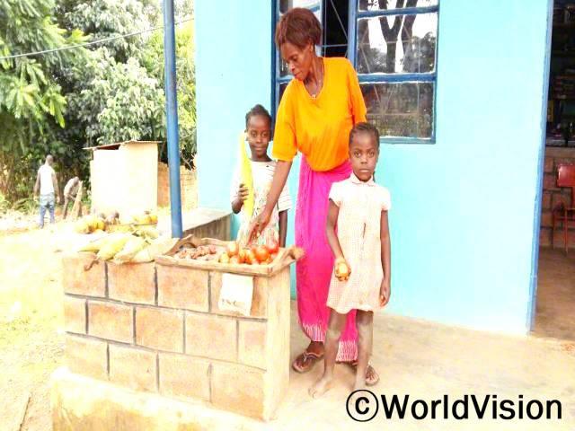 저축 모임에 가입한 후, 어머니인 치케세니(주황색 셔츠를 입은 사람)는 자녀들을 더 잘 양육할 수 있게 되었어요.년 사진