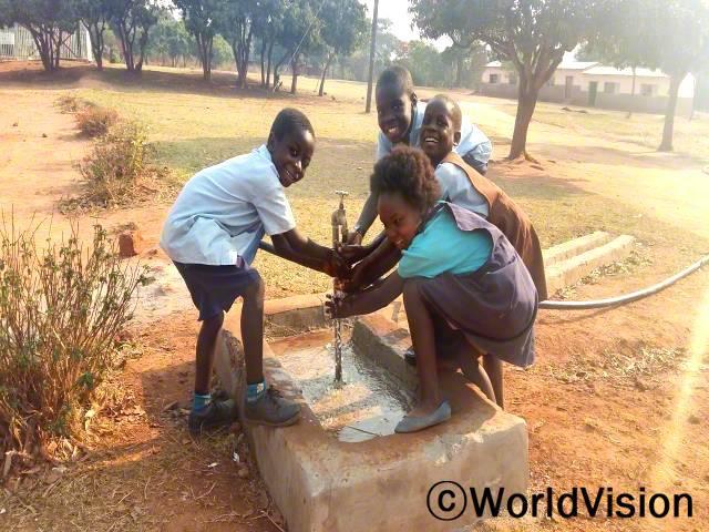 새로운 식수시설 덕분에 학교에서도 안전하고 깨끗한 물을 마실 수 있어서 너무 행복해요. -데니스(9)년 사진