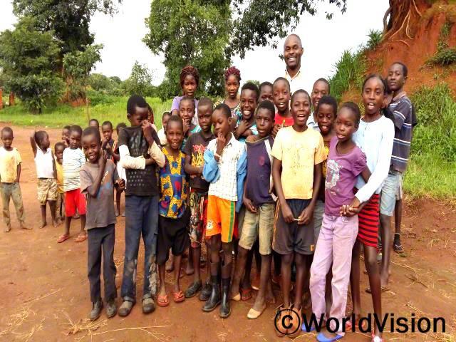 잠비아 무다냐마 지역개발사업장 팀장인 트러스트 무틴타와 함께 있는 아동들입니다.년 사진