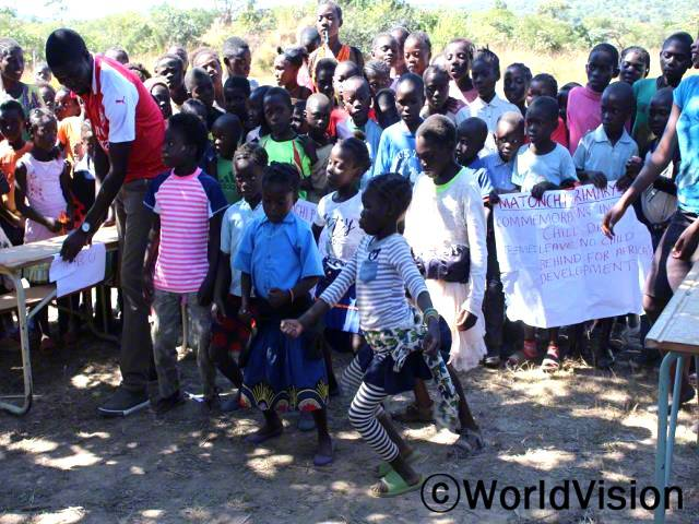 아프리카 어린이 날 기념 행사는 아이들 스스로가 자신에게 영향을 주는 문제에 대해 목소리를 내는 발판을 제공했어요.아이들은 춤도 추고, 다양한 활동에 참여하면서 자기 재능을 맘껏 보여주었어요. - 조슈아(교사) 월드비전과 지역사회가 협력하여 아프리카 어린이 날 기념 행사를 개최했습니다.년 사진