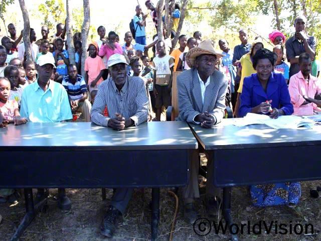 아프리카 어린이 날을 맞이하여 마을 지도자들에게 아동권리 옹호 활동을 독려했고,매일 일상에서 아이들이 마주하는 아동 문제를 함께 다루었답니다. - 마토치(68세, 마을 이장)년 사진