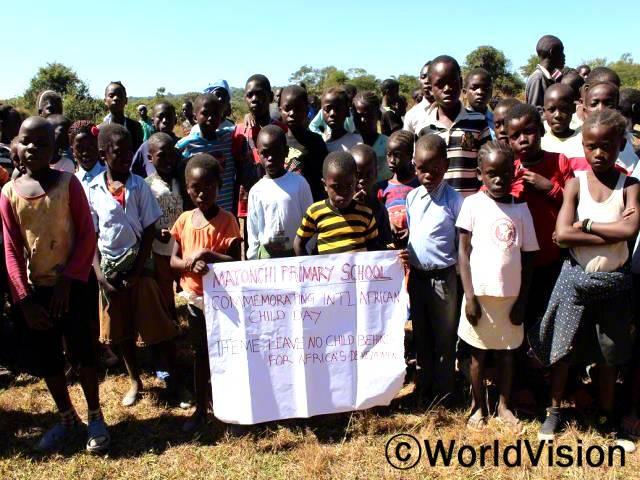 아프리카 어린이 날 행사에 참여해서 정말 좋아요! 오늘은 우리를 위한 날이에요! - 마투카(10세)지역 관계자들과 월드비전이 협력하여 어린이날 기념 행사를 개최했습니다.년 사진