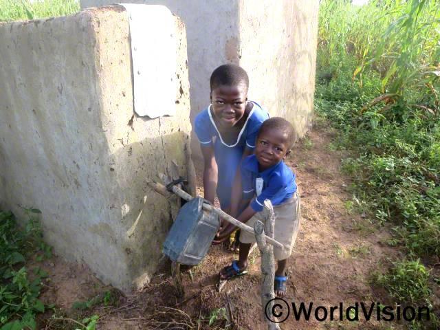 우리는 건강을 유지하기 위해 화장실에 다녀오면 항상 손을 씻어요. -아윙고시바(13세), 왼쪽 아동년 사진