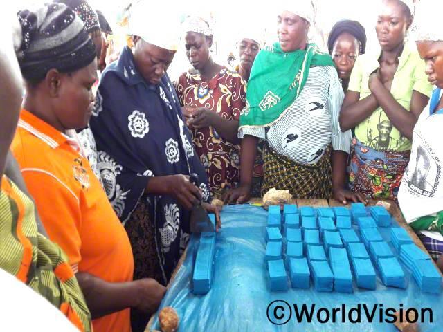 여성들에게 비누 만들기 교육을 실시하고 있습니다.년 사진