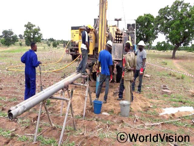 아동들이 깨끗한 물을 얻을 수 있도록 우물을 파고있는 가루템페인 사업장년 사진