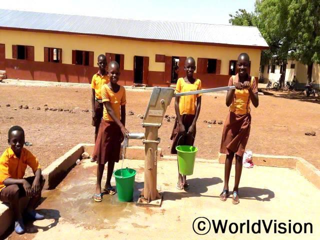 저와 제 친구들은 마실 물을 찾기 위해 종종 학교에 빠지곤 했어요. 학교에 새 우물이 설치된 후, 이제 저희는 방해받지 않고 학교에 다닐 수 있게 되었어요. -아쿠파윈(13세, 우물 왼쪽에 있는 아동)년 사진