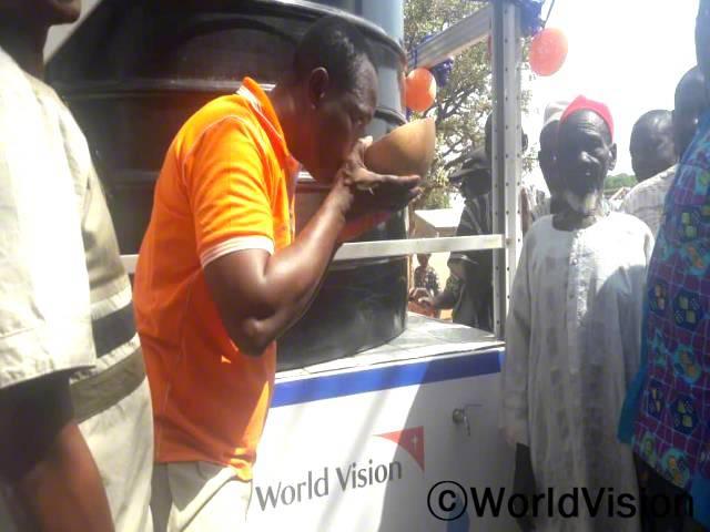 마을에 수도 시설이 설치된 덕분에, 마을 주민들은 이제 깨끗한 식수를 안심하고 마실 수 있습니다.년 사진