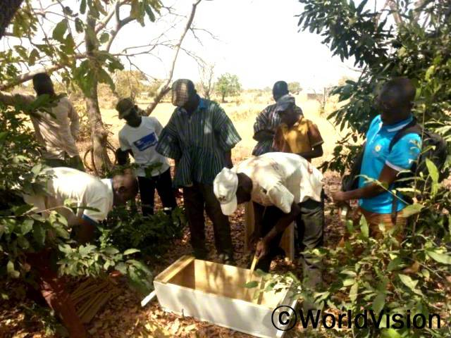 양봉업에 종사하는 마을 주민들은 꿀 생산을 증가시키는 양봉기술을 배웠습니다.꿀 생산량이 많아지면 수입도 늘어나기 때문에, 아이들을 돌보는 데 도움이 된답니다.년 사진