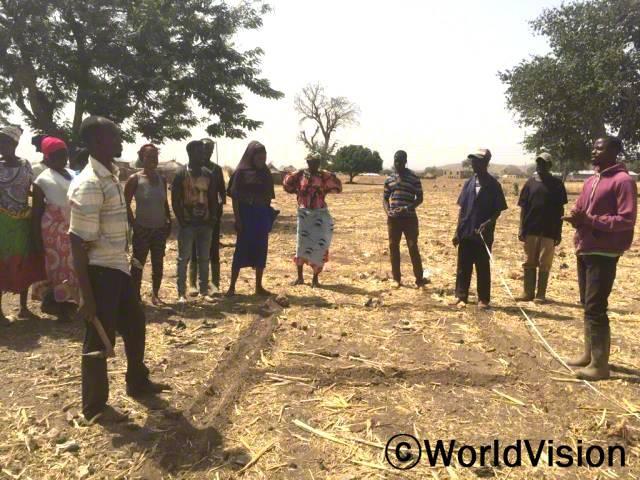 농작물 경작법 교육을 받은 덕분에, 마을 농부들은 이제 면적이 좁은 경작지에서도 생산을 증가시켜 큰 수확을 거둘 수 있습니다.수확량이 늘어나면, 가족 생계에도 보탬이 됩니다.년 사진