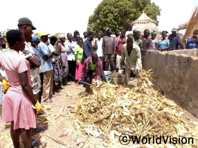 마을 농부들과 주민들은 농업 교육을 받고, 농작물 생산량을 증가시키기 위해 지역에서 얻을 수 있는 비료를 준비합니다.년 사진