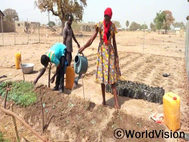 농부들은 월드비전의 농업기술훈련을 받아 농사를 짓고 있습니다.년 사진