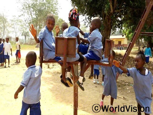 한 마을에 설치된 놀이기구에서 아동들이 친구들과 함께 놀며 즐거운 시간을 보내고 있습니다. 이런 풍경은 지역사회의 평범한 일상이 되었습니다. 아동들은 친구들과 함께 놀며 행복해 합니다. 친구들과 함께 노는 시간은 아동들에게 큰 도움이 됩니다.년 사진