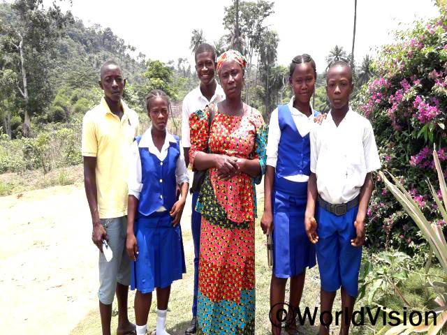 어머니 모임의 도움으로 17살의 본두페(오른쪽에서 두번째)는 다이아몬드 광산에서 벗어나 학교로 돌아왔어요.년 사진