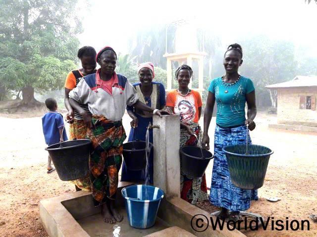 마을 안전과 아이들 건강을 위해 식수 문제를 해결해 줄 도움의 손길이 필요했어요. 그러던 중 월드비전에서 마을에 태양열로 작동하는 수도 펌프를 설치해 주었고, 그 덕분에 마을이 겪고 있던 물 문제가 해결됐어요. 참 기뻐요. - 시아년 사진