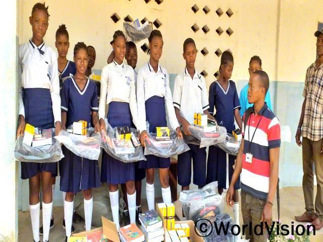 중·고등학교에 진학하는 아이들은 월드비전의 도움으로 학습 교재와 필기구를 지원받았습니다.년 사진