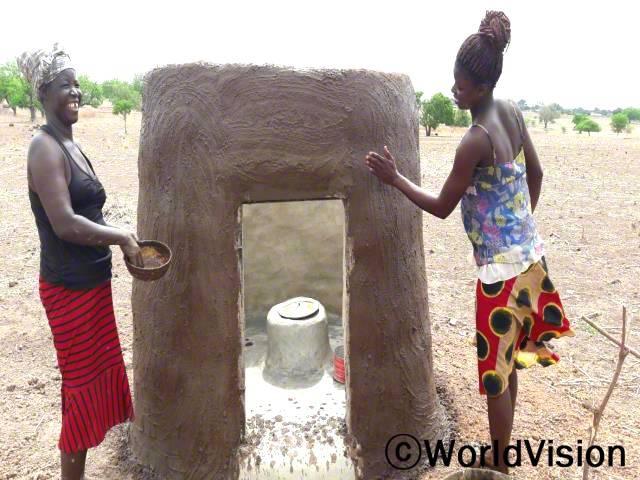 바우쿠웨스트 사업장의 지역주민들이 가정용 화장실을 만들고 있습니다.년 사진